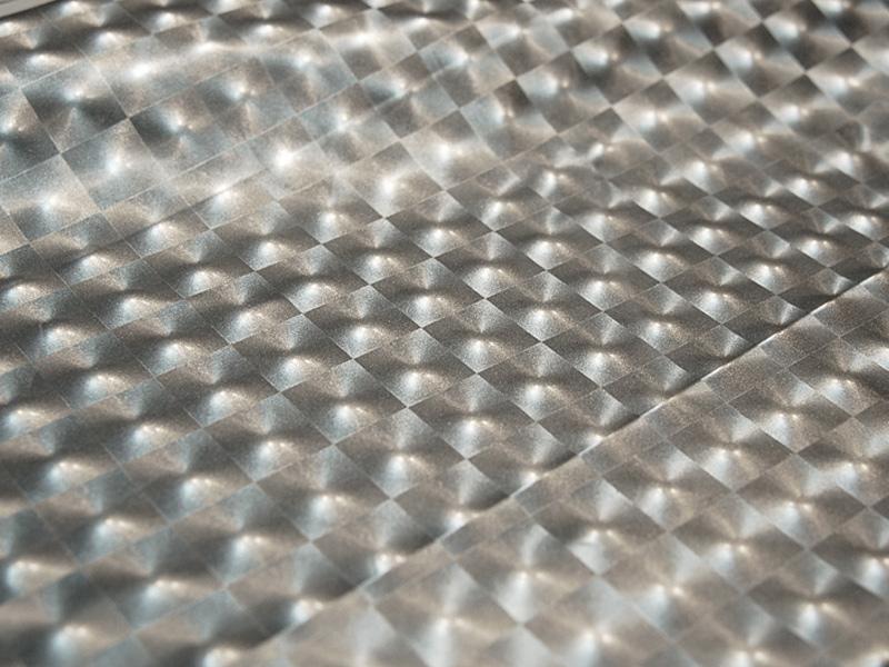 Из ткани с голограммами